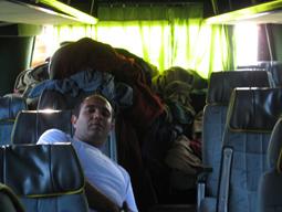 نمایی از داخل اتوبوس های بین شهری خصوصی در هندوستان و پتوهای معروف آنها