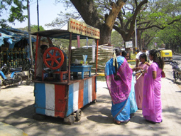 دستفروش آب نیشکر معروف هندوستان