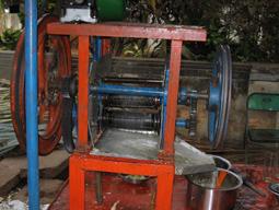 دستگاه آب نیشکر گیری در هندوستان با صدایی معروف زنگوله