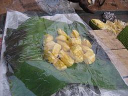 یکی از میوه های هندوستان که توسط دست فروش به قیمت یک روپیه برای هر تکه فروخته می شود