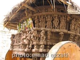کالسکه چوبی بسیار قدیمی نزدیک معبد