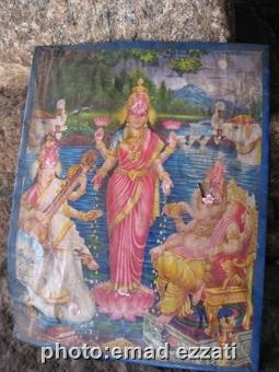 تابلویی منقوش به تصویر خدایان هندی در داخل معبد که البته بسیار قدیمی بود