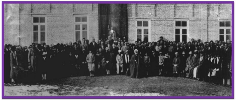 مراسم برگزاری جشن کشف حجاب در تاریخ 17/10/1314 جلو مدرسه نظامی علمدار