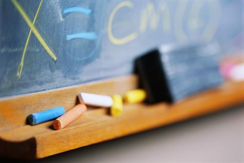 گچ و تخته سیاه مدرسه