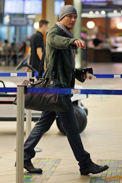 http://s2.picofile.com/file/7156839244/Jensen_At_The_Airport_jensen_ackles_25950510_427_640.jpg