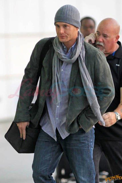 http://s2.picofile.com/file/7156839565/Jensen_At_The_Airport_jensen_ackles_25950520_427_640.jpg
