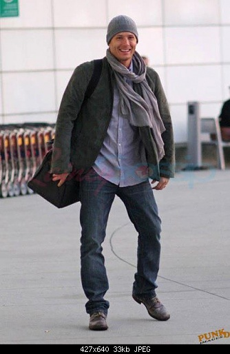 http://s2.picofile.com/file/7156842468/Jensen_At_The_Airport_jensen_ackles_25950522_427_640.jpg