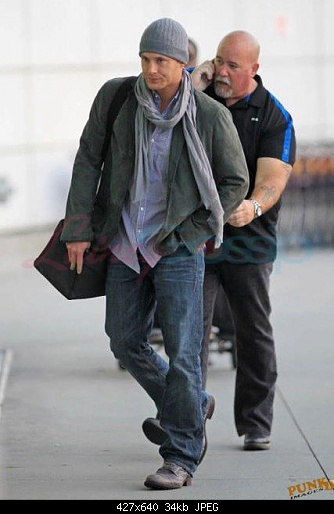 http://s2.picofile.com/file/7156842896/Jensen_At_The_Airport_jensen_ackles_25950521_427_640.jpg