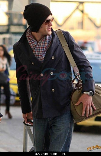 http://s2.picofile.com/file/7156851391/Jared_Gen_At_The_Airport_jared_padalecki_25950688_427_640.jpg