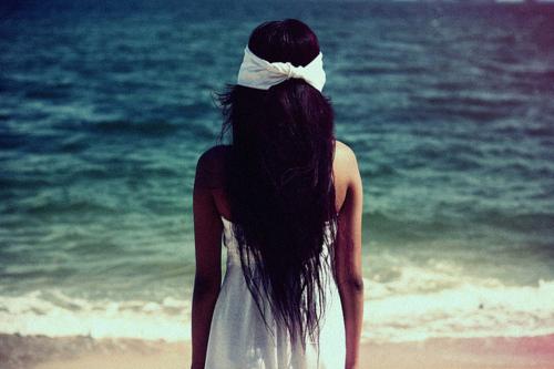 фотографии девушек с черными волосами на море