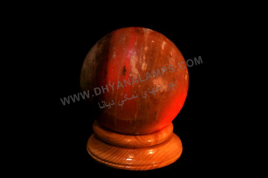 کره ساخته شده از سنگ نمک قرمز با پایه چوبی