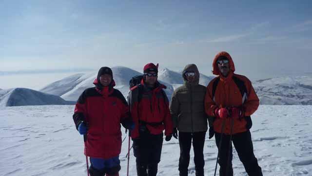 قله کیامکی و قله های زند و قانلی و قلیش داغی در نای پشت آن