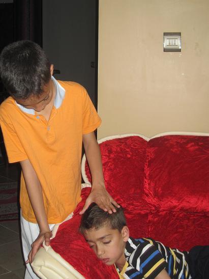 علی مهربون در حال نوازش داداش کوچکتر