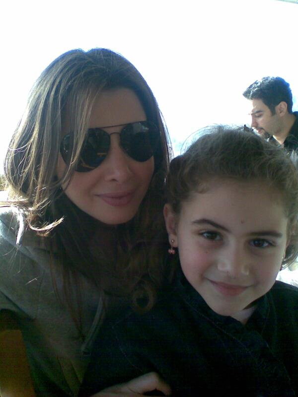 عکس های جدید نانسی عجرم با هوادارانش در فرودگاه بیروت