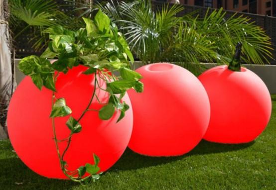 دکوراسیون باغچه خانه با گلدان های کروی