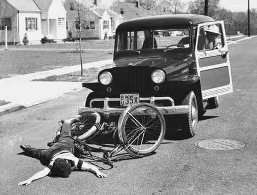 bike and car accident - تصادف ماشین قدیمی با دوچرخه
