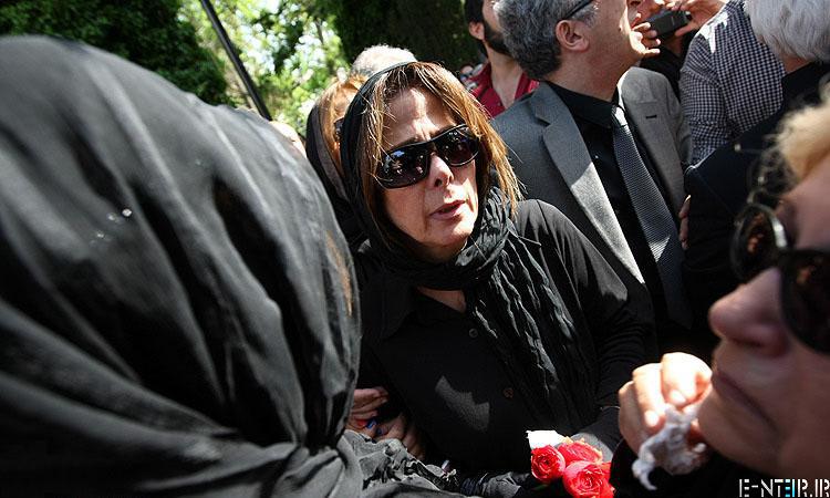 مادر عسل بدیعی در مراسم خاکسپاری پیکر عسل بدیعی