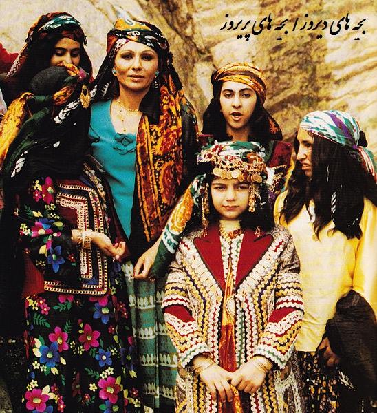 فرح دیبا همسر شاه سابق ایران محمدرضا پهلوی-عکس دوره شاه-در لباس محلی با زنان محلی