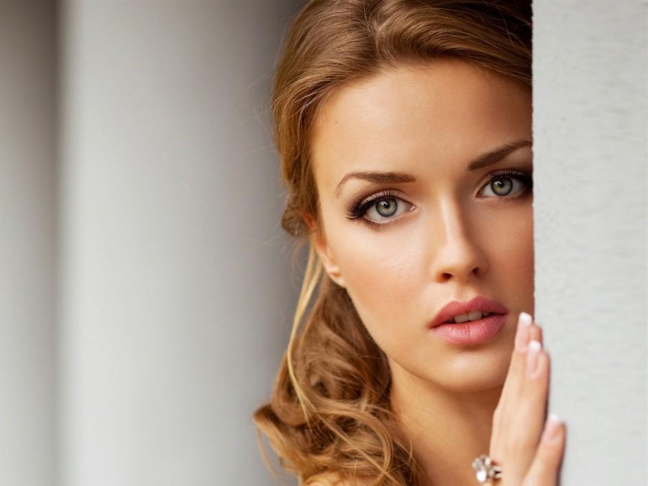 http://s2.picofile.com/file/7905934622/beautiful_women.jpg