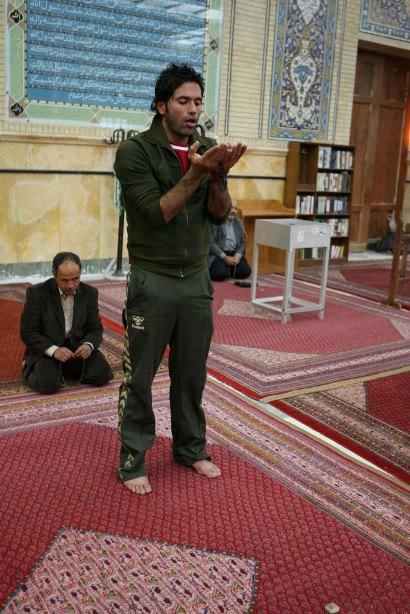 علیرضا نیکبخت واحدی در حال نماز خواندن