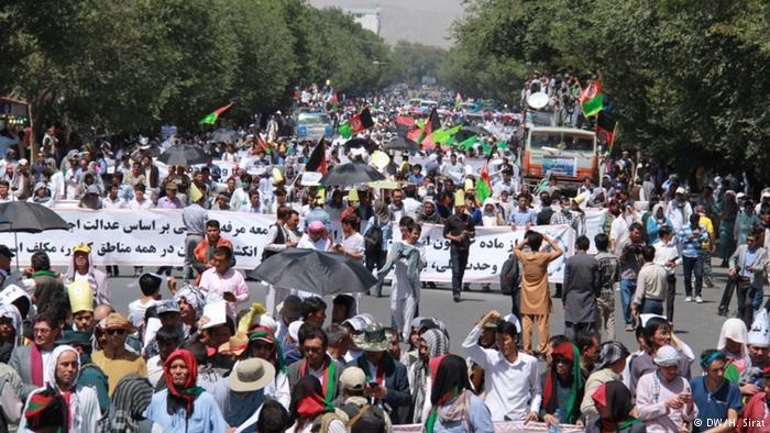 حضور ده ها هزار نفری مردم کابل در تظاهرات مسالمت آمیز جنبش روشنایی