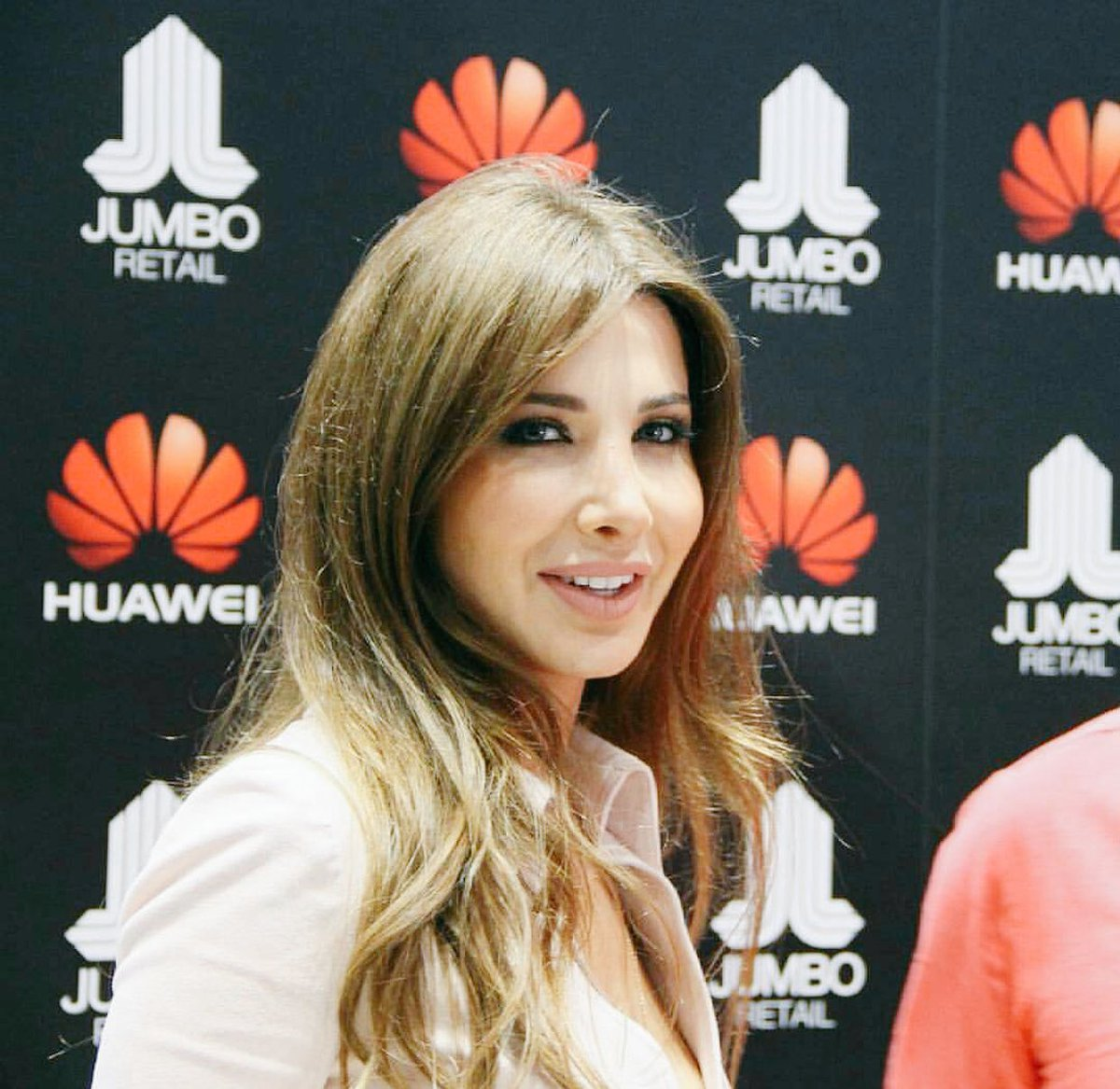 http://s2.picofile.com/file/8261592850/HuaweiMate8_Event_9_.jpg