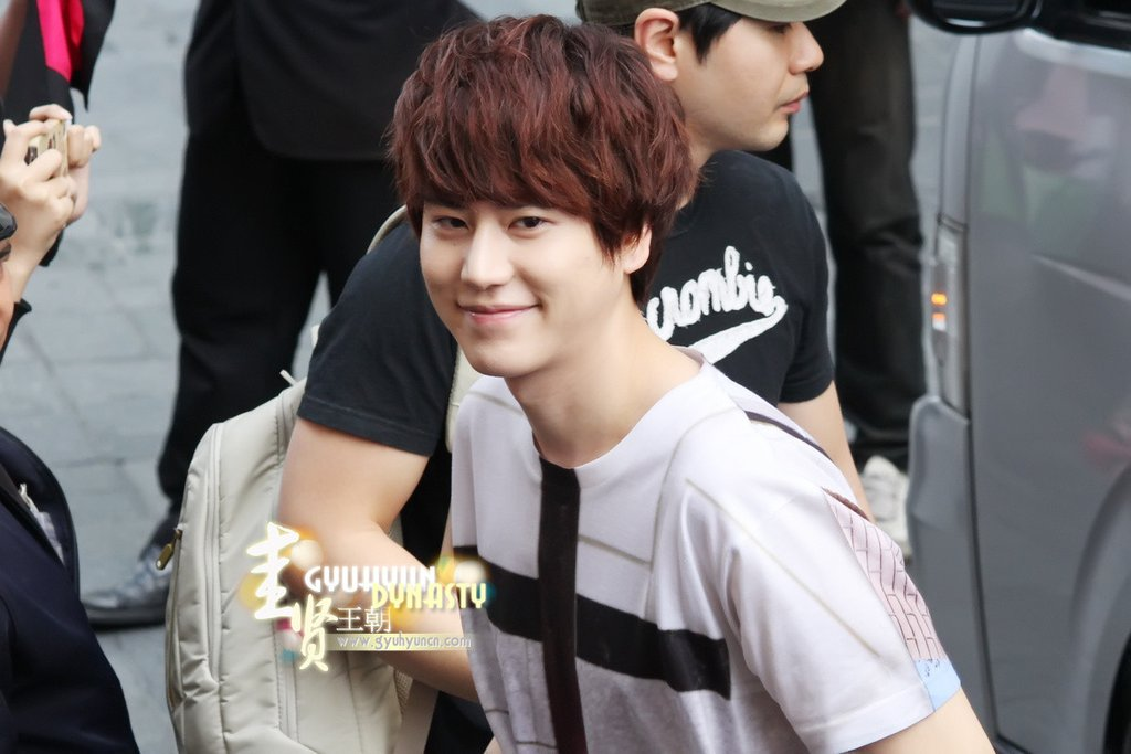 http://s2.picofile.com/file/8263144484/130217_kyuhyun_outside_maleenon_building_cr_gyuhyundynasty_3.jpg