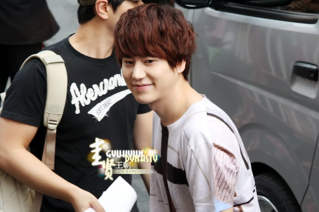 http://s2.picofile.com/file/8263144518/130217_kyuhyun_outside_maleenon_building_cr_gyuhyundynasty_4.jpg
