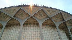 با الهام از کدام بنای تاریخی تئاتر شهر تهران ساخته شده است؟
