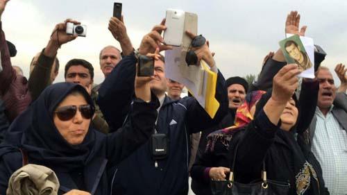 Ex-Mojahedin * ششمین حضورخانواده های مجاهدین جهت دیدارعزیزان در مقابل درب کمپ لیبرتی عراق
