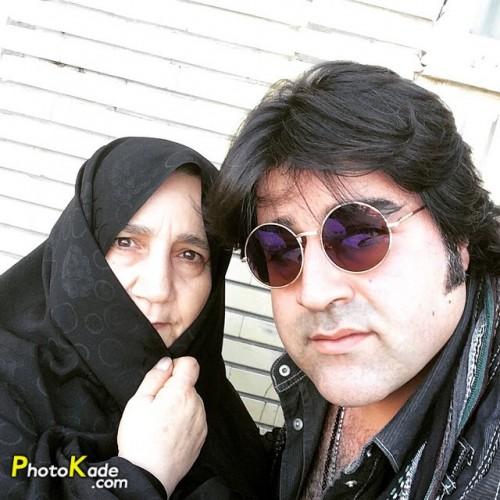 مهدی یغمایی در کنار مادرش