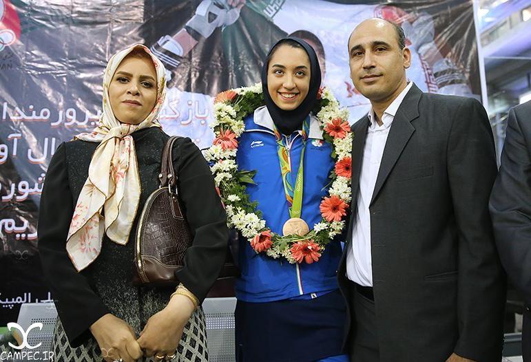 کیمیا علیزاده با پدر و مادرش