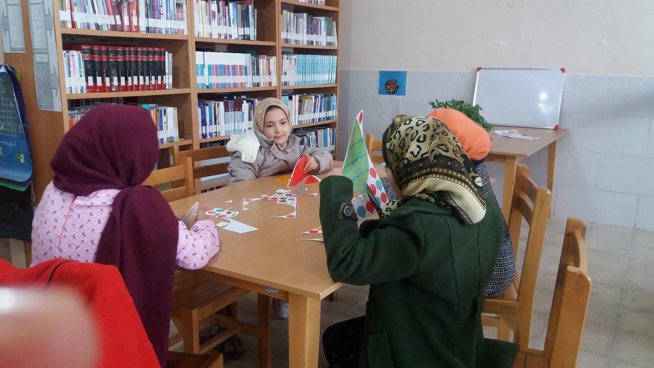 تهیه کاردستی توسط اعضای کتابخانه عمومی الغدیر